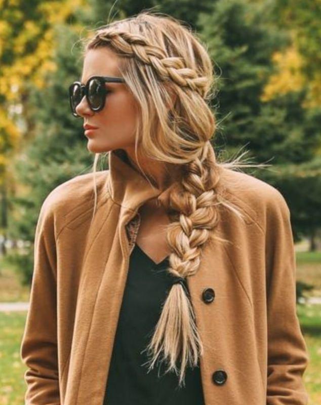 Come porti i capelli? Tendenza moda autunno inverno 2017 - 2018 acconciatura donna treccia laterale capelli lisci biondi occhiali da sole cappotto colore beige cammello alberi foglie
