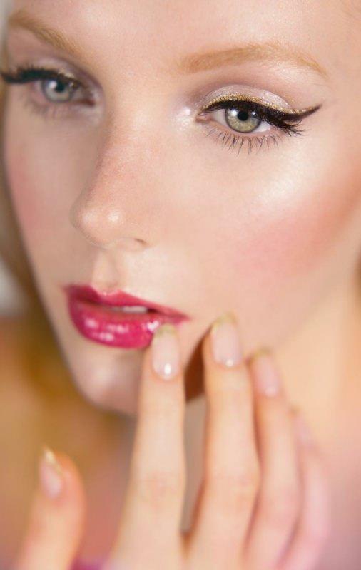 Il makeup del nuovo anno: 7 idee trucco per la festa di Capodanno bellezza viso make-up viso donna pelle chiarissima capelli sopracciglia biondi occhi verdi eyeliner nero riga matita glitter oro gold smalto manicure french rossetto lip gloss rosa fucsia
