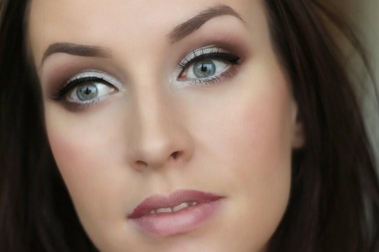 Il makeup del nuovo anno: 7 idee trucco per la festa di Capodanno make-up argento silver eyeliner nero occhi azzurri viso donna capelli castani sopracciglia