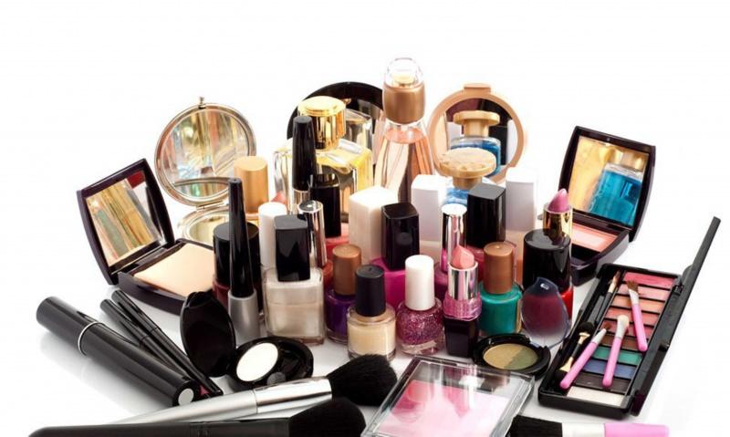 Cosmetici, conviene di più comprare online? Perché scegliere di acquistare in e-commerce? prodotti make up trucco cipria specchio smalto mascara smalti pennelli phard ombretti eyeshadow glitter palette colori rossetto rosa