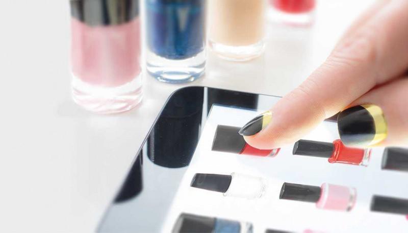 Cosmetici, conviene di più comprare online? Perché scegliere di acquistare in e-commerce? scelta colore smalto touch screen tablet smalti colori rosa rosso blu mano donna dito smalto oro nero french manicure inversa