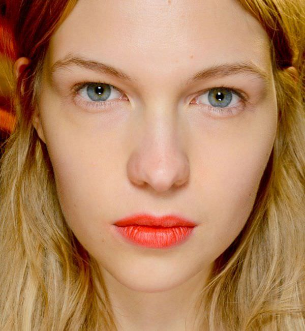 Come truccarsi la prossima primavera - estate 2018 viso dona trucco natural azzurro capelli biondo rossi ramati labbra rossetto arancione