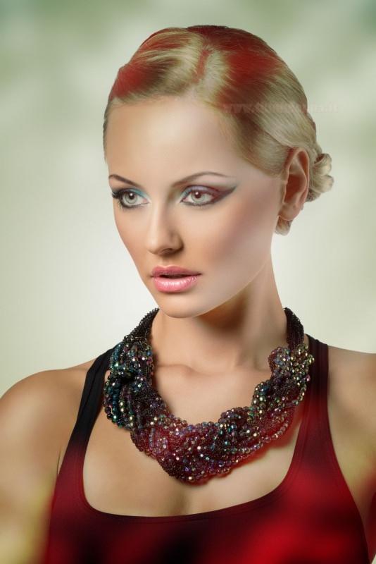 viso bella donna capelli biondi occhi azzurri trucco sofisticato abito elegante rosso