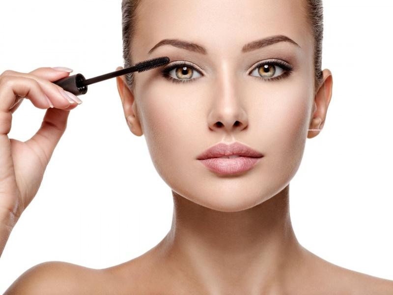 makeup donna mette mascara ciglia trucco occhi piccoli ingrandire sguardo