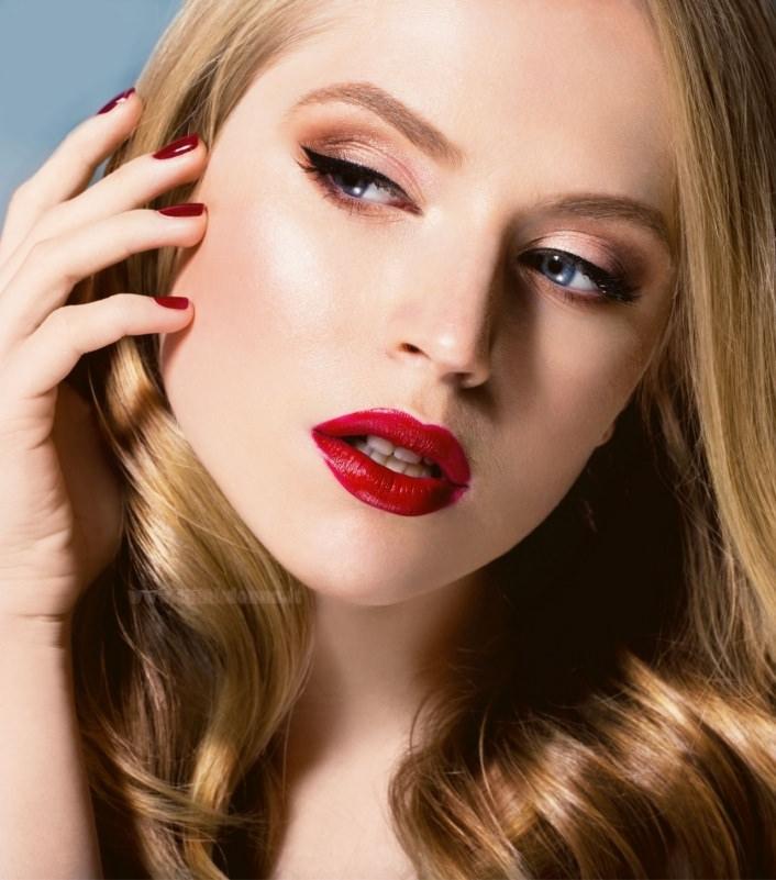 makeup viso donna trucco occhi azzurri capelli biondi labbra rossetto smalto rosso
