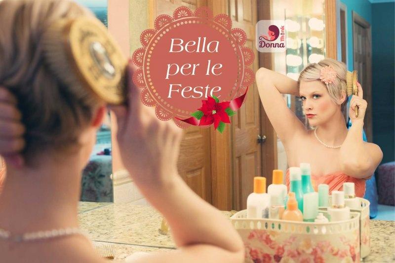 Makeup Natale e Capodanno: come truccarsi per le Feste donna allo specchio spazzola capelli biondi preparativi