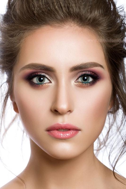 trucco occhi azzurri colori viola oro bella donna