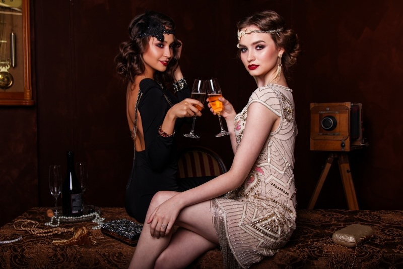 7 consigli di bellezza per essere belle per le Feste di Natale donne modelle look da sera stile anni 20 vintage brindisi