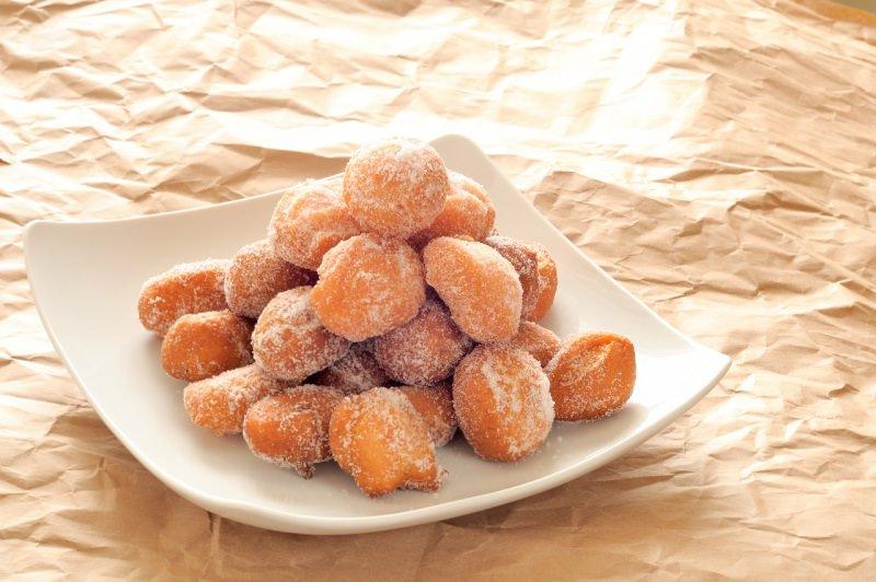 bel piatto quadrato con castagnole zucchero semolato