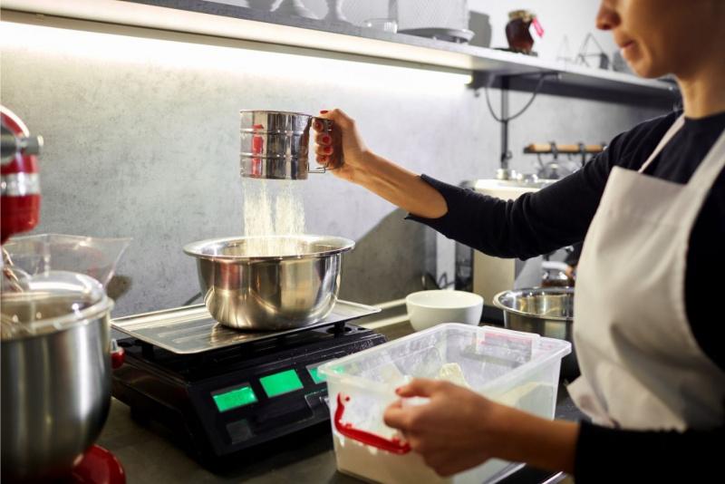 preparazione cannoli farina setacciata bilancia