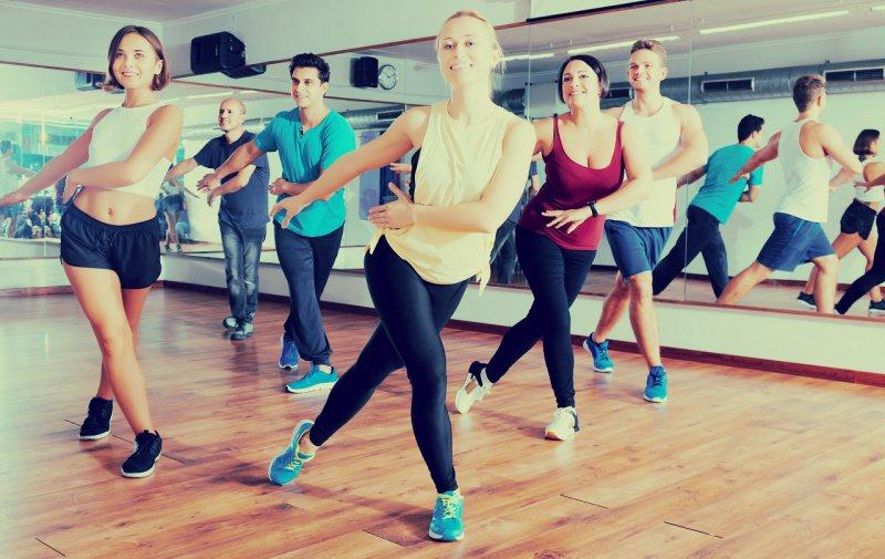 uomini e donna ballano insieme palestra fitness