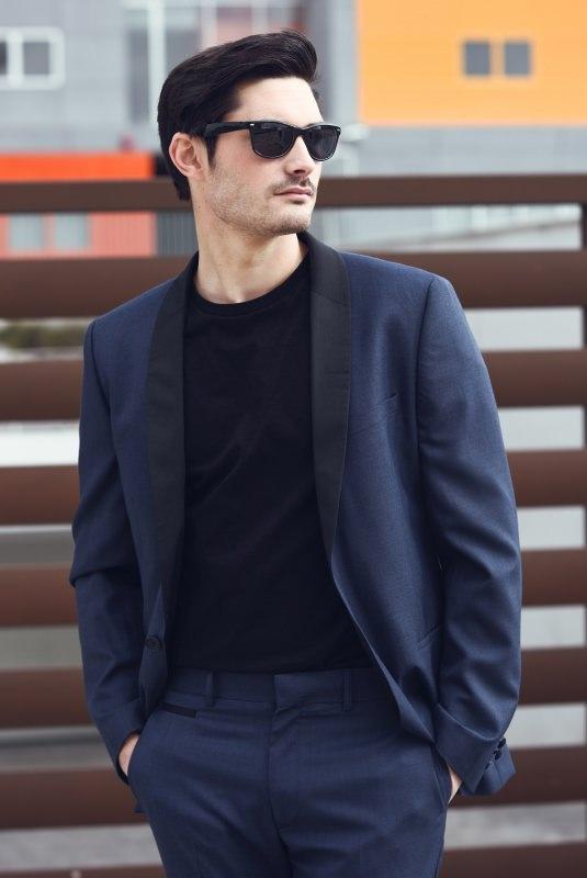 outfit uomo formale giacca pantalone blu scuro maglia nera occhiali da sole
