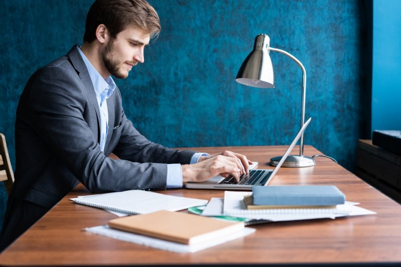 uomo in giacca classica lavora in smart working