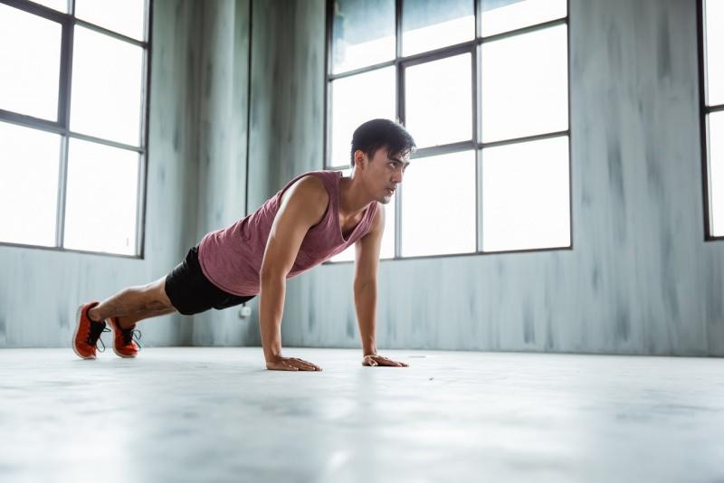 esercizi fisici in casa uomo fa flessioni piegamenti sulle braccia push ups