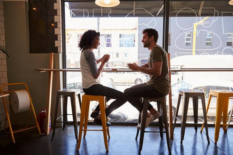 donna incontra uomo bar seduti caffè seduzione conquistare conoscenza