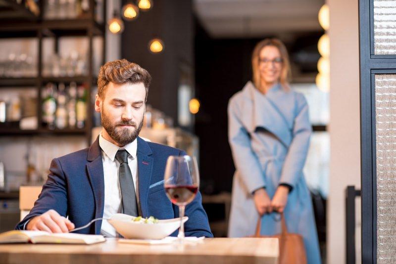 uomo bello seduto ristorante primo incontro donna conquistare conoscenza