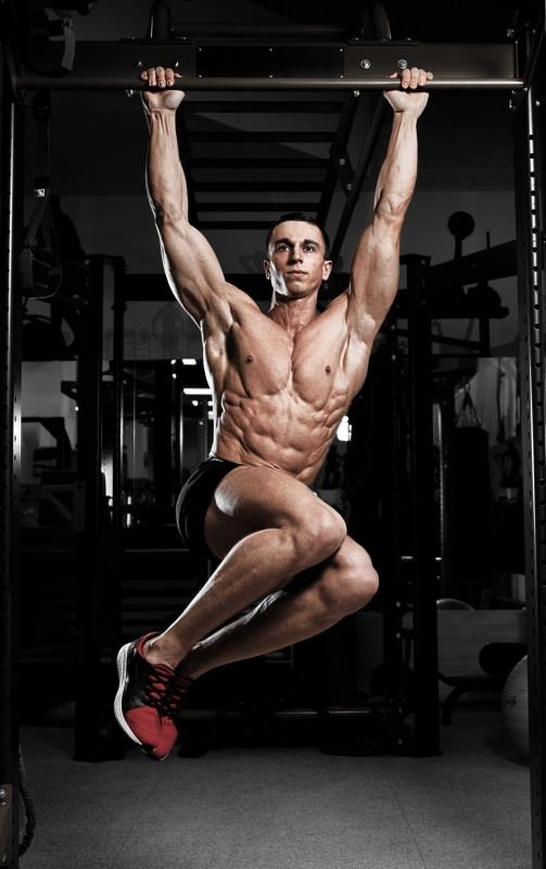 uomo atletico esercizio sbarra trazione pull up