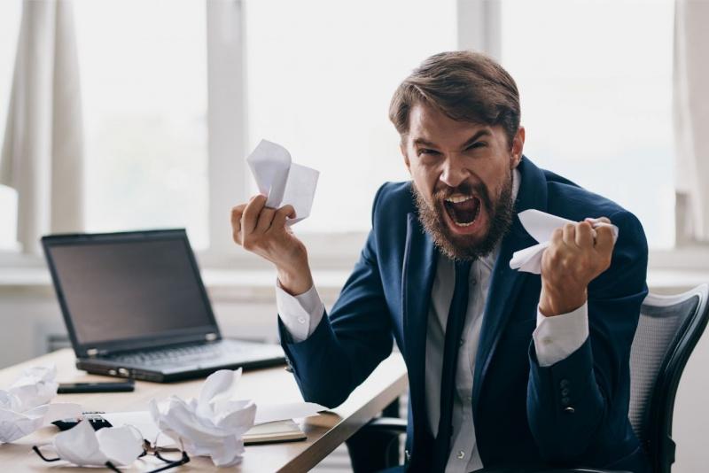 malesseri post vacanza stress rientro lavoro manager ufficio laptop