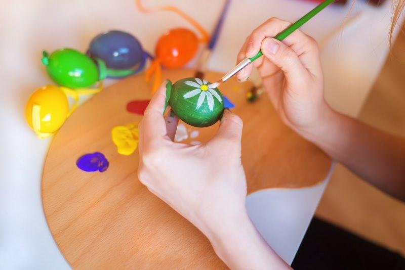 uova di Pasqua dipinte a mano colori pennello