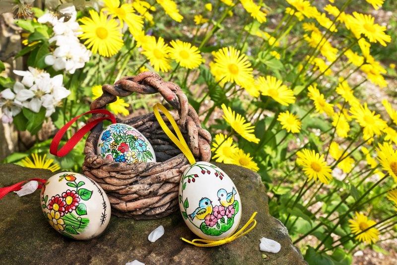 uova di Pasqua dipinte cesta fiori primavera