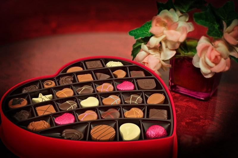 San Valentino: le nostre idee regalo per lui scatola cioccolatini cuore rose