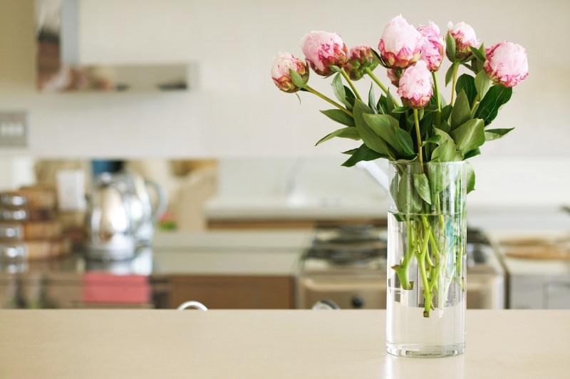 vaso con fiori rosa cucina primavera