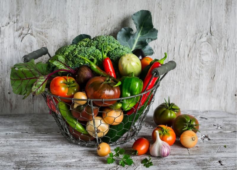 verdure fresche cesto ferro broccoli pomodori aglio cipolla