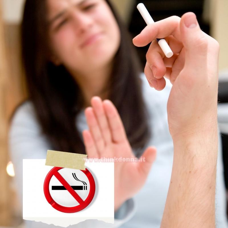 donna chiede all'uomo di non fumare sigaretta no smoking vietato