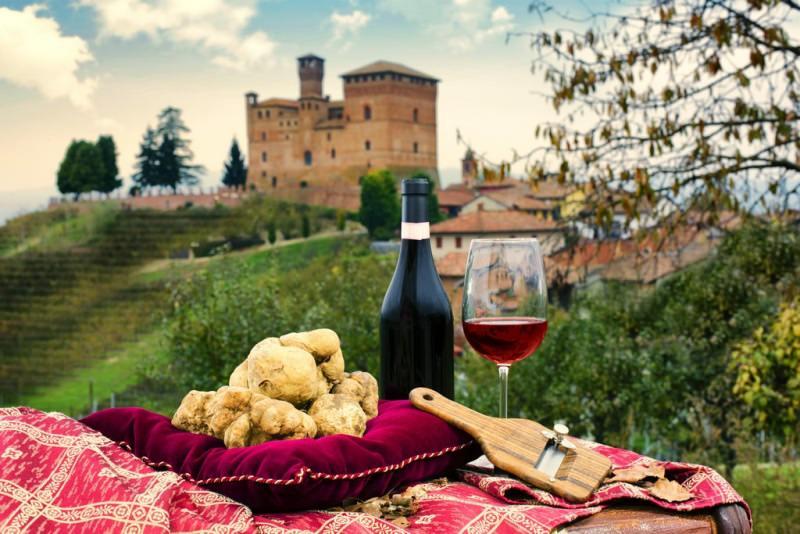 I migliori abbinamenti tra vino e tartufo bottiglia calice vino rosso cuscino velluto bordeaux