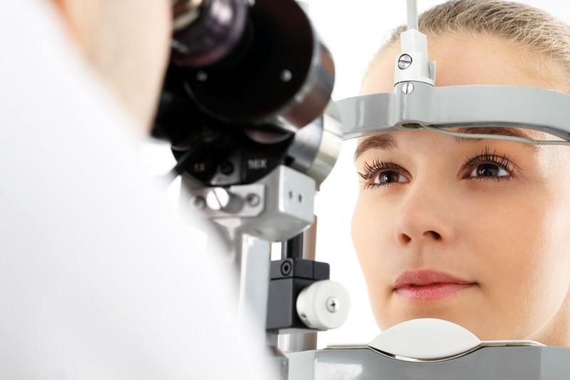 visita oculistica optometrica donna occhi castani