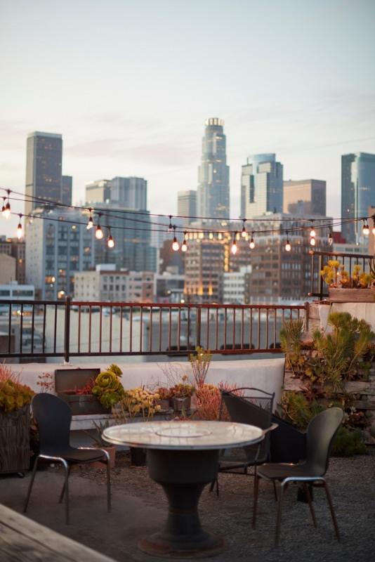 vista skykine los-angeles da terrazzo tavolo sedie tramonto luci lampade