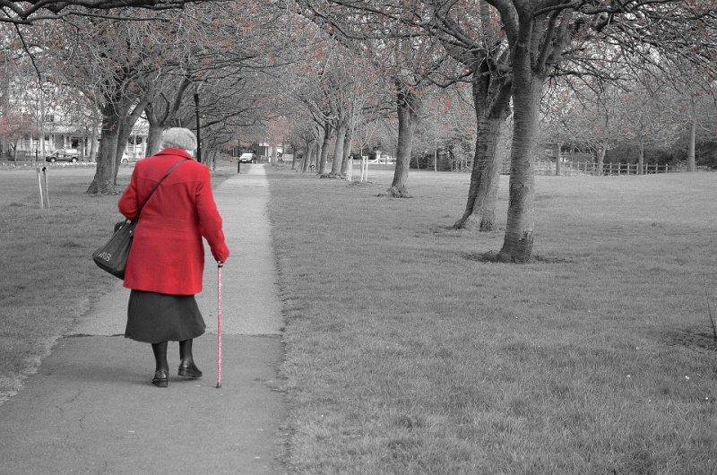 passeggiata parco persona anziana