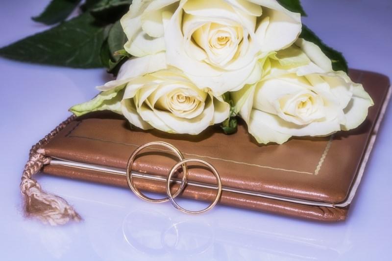 fedi nuziali anelli libretto messa matrimonio nozze rose bianche