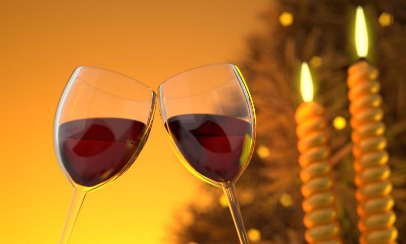 Il giusto vino per il dolce calici bicchiere vino rosso albero di Natale candele fiamma accesa