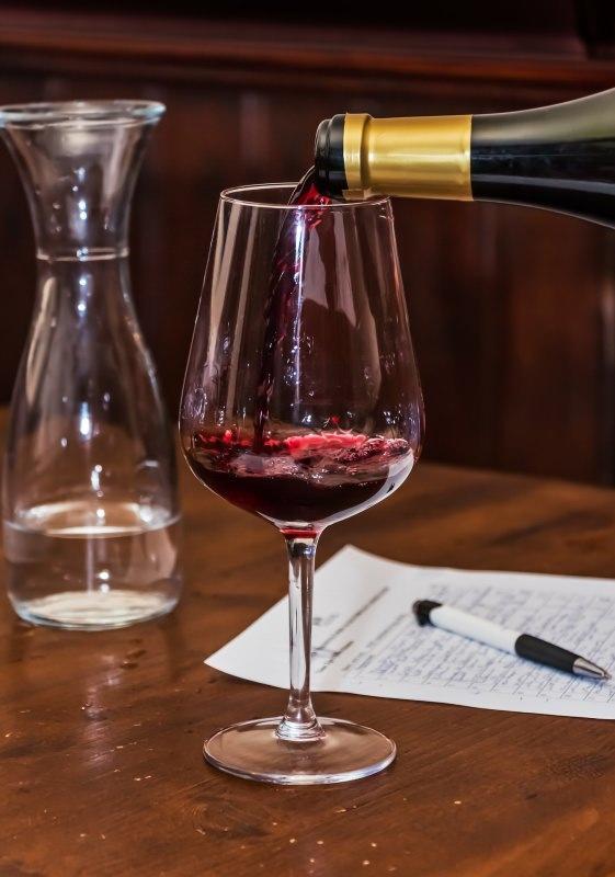 Quando bere fa bene alla salute calice bicchiere vino rosso bottiglia tavola