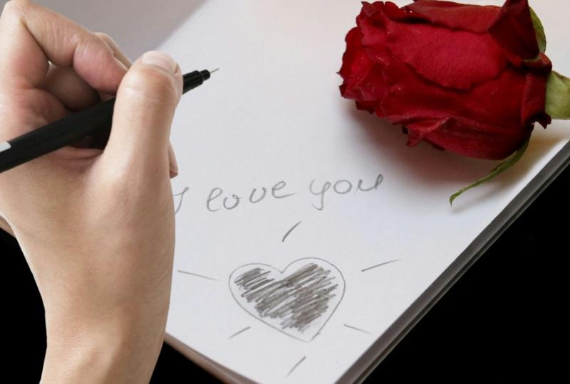 Cosa scrivere su un biglietto di San Valentino: scopri le frasi più belle auguri I love you rosa rossa lettera