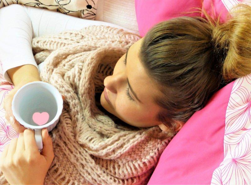 Come non prendere l'influenza? I trucchi per evitare il contagio rilassarsi tazza te tisana cuore rosa scialle lana ragazza donna